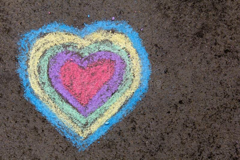 Disegno di gesso: cuori variopinti su asfalto immagini stock libere da diritti