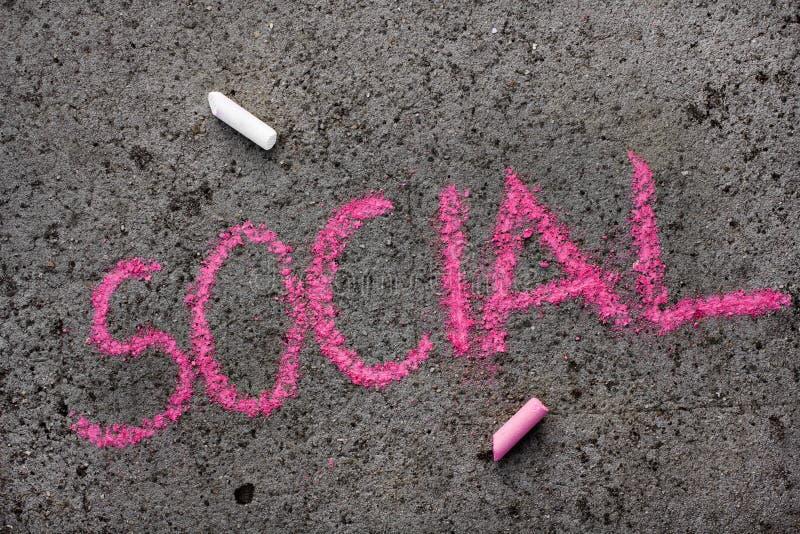 Disegno di gesso: parola rosa SOCIALE immagini stock libere da diritti