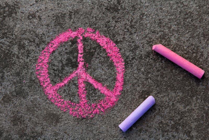 Disegno di gesso: Simbolo di pace rosa immagini stock libere da diritti