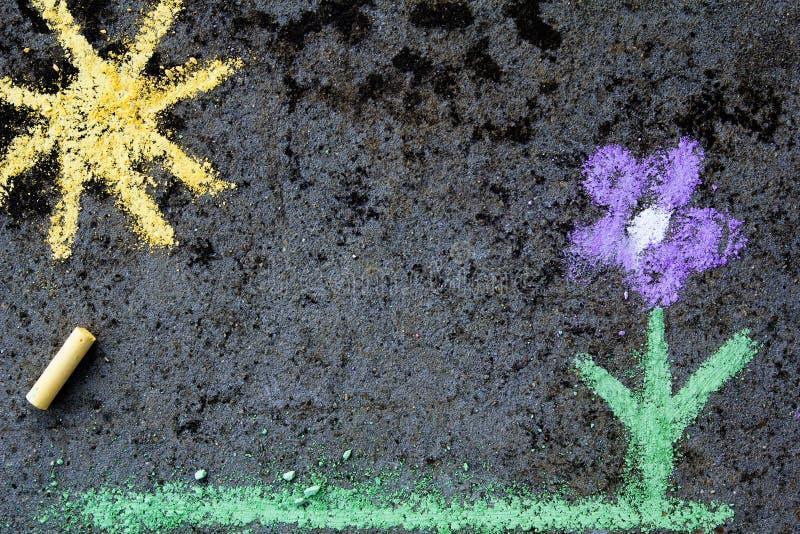 Disegno di gesso variopinto: bello fiore fotografia stock