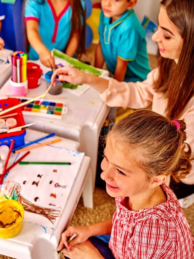 Disegno di istruzione che impara i bambini ed insegnante felici immagini stock