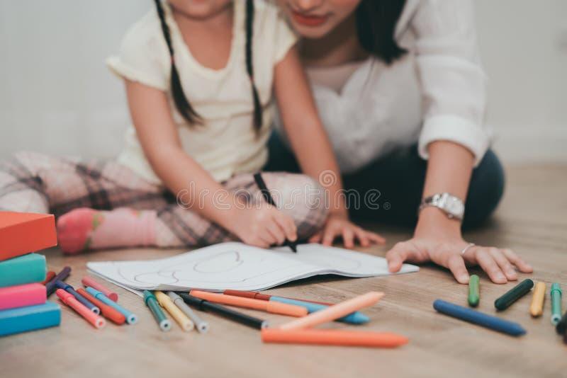 Disegno di studio della figlia e della madre con la pittura del pastello fotografia stock