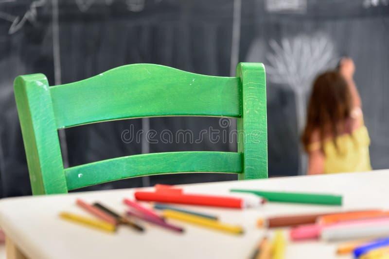 Disegno e pittura svegli della bambina all'asilo Club creativo dei bambini di attività immagine stock