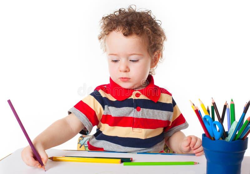 Disegno felice sveglio del neonato con la matita fotografia stock libera da diritti