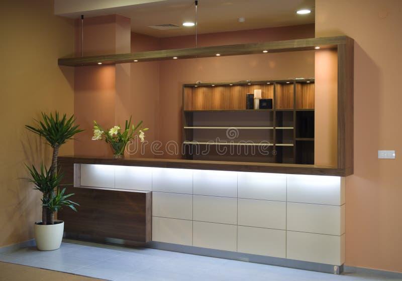 Disegno interno della bella e cucina moderna. immagine stock