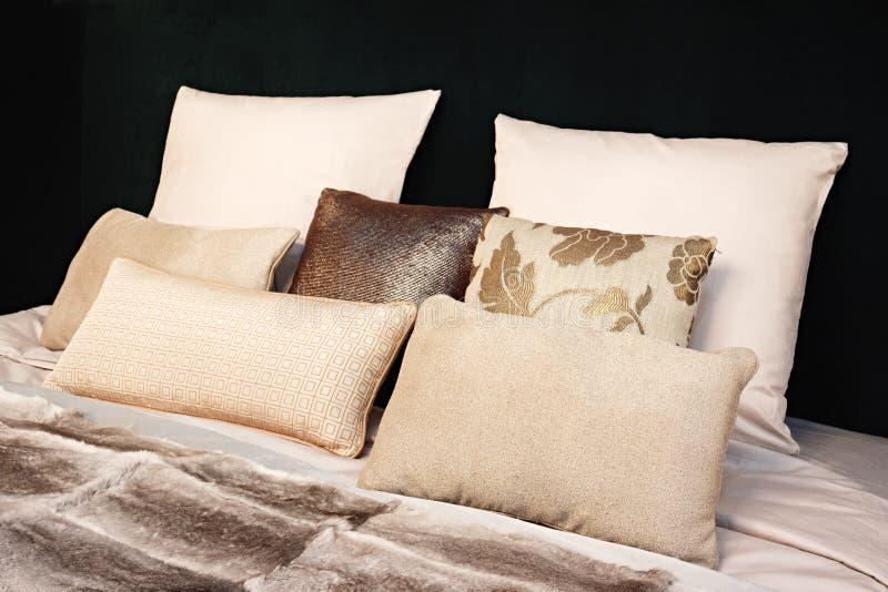 Disegno interno della camera da letto moderna Grande letto, stanza con il tono nero di colore, letto, tessuti e cuscini nei color fotografia stock libera da diritti