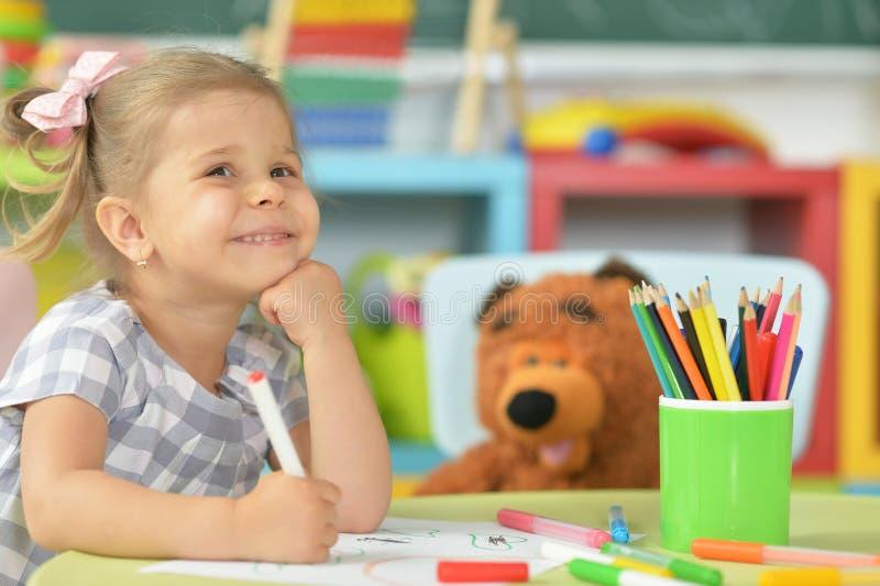 disegno sveglio della bambina con la penna del feltro fotografie stock libere da diritti