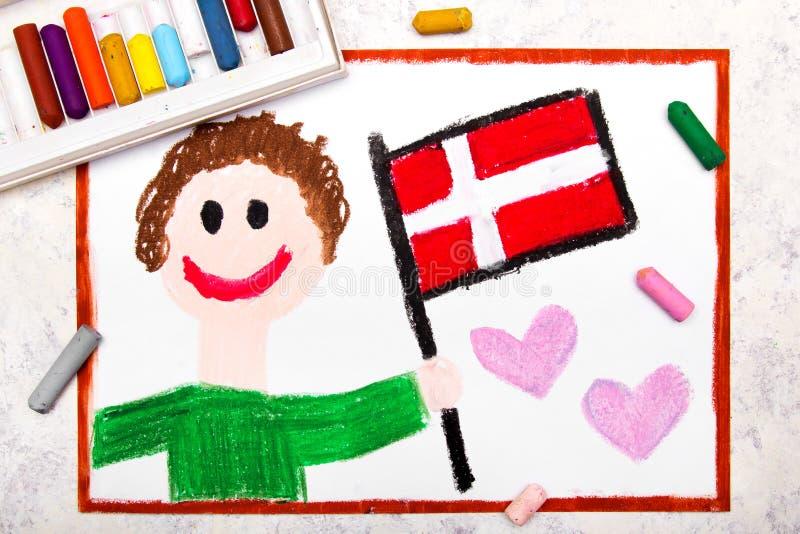 Disegno variopinto: Bandiera danese dell'uomo della bandiera felice della tenuta fotografie stock