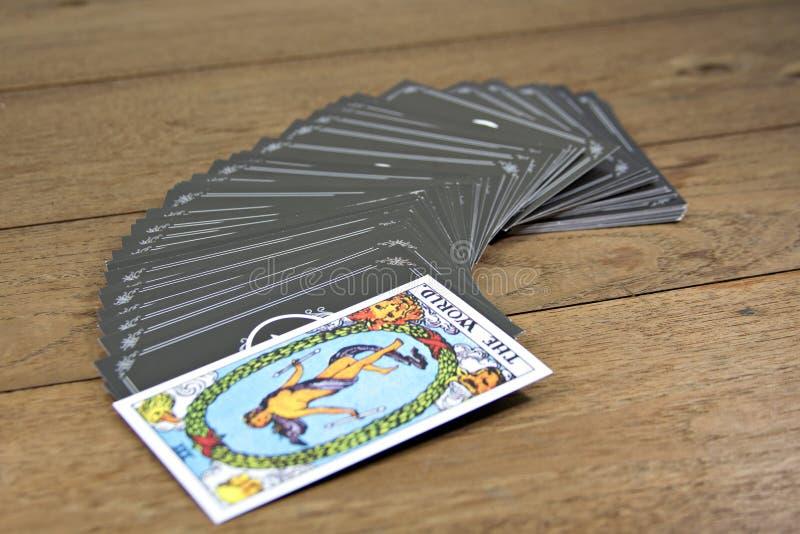 Diseur de bonne aventure de cartes de tarot sur la table en bois ; LE MONDE images stock