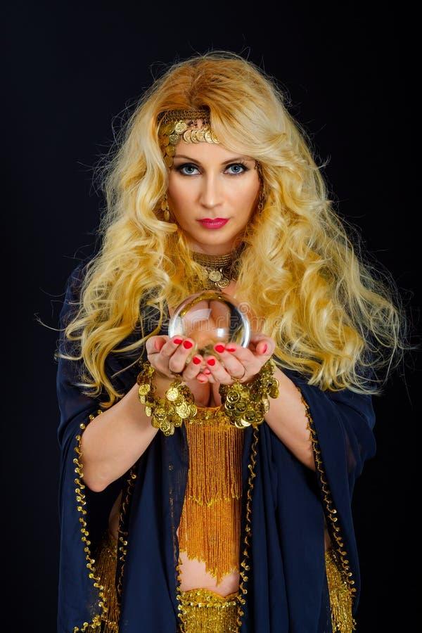 Diseur de bonne aventure de femme avec le portrait de boule de cristal image libre de droits