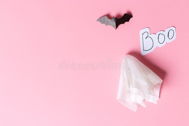 Disfraz fantasma blanco con un fondo rosa pastel Concepto mínimo de miedo de Halloween fantasmas de papel artesanal imagen de archivo libre de regalías