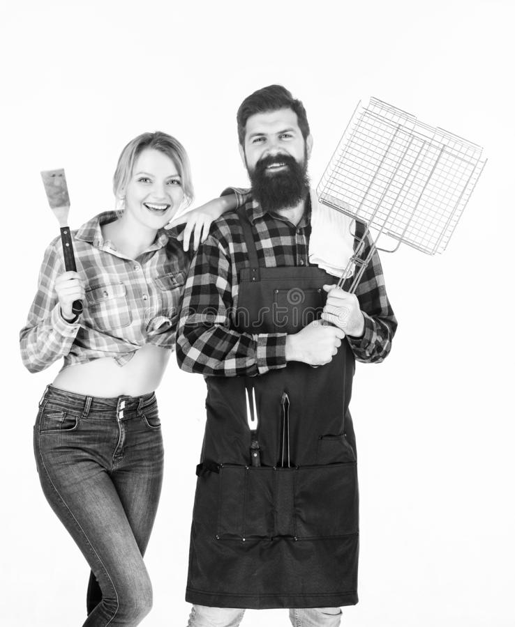 Disfrutando de fin de semana agradable junto Pares en utensilios de la cocina del control del amor Herramientas para asar la carn fotos de archivo