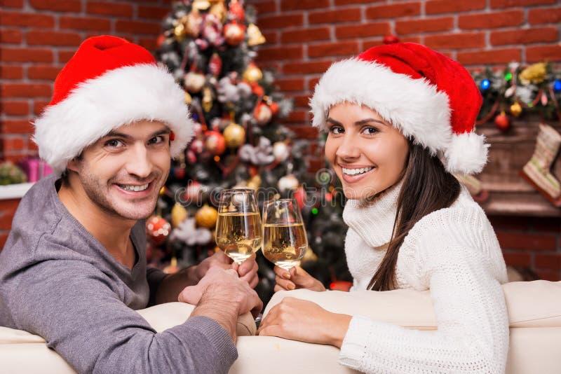 Disfrutando del tiempo de la Navidad junto imágenes de archivo libres de regalías