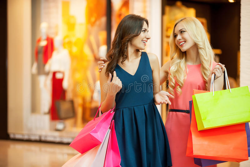 Disfrutar de hacer compras. foto de archivo libre de regalías