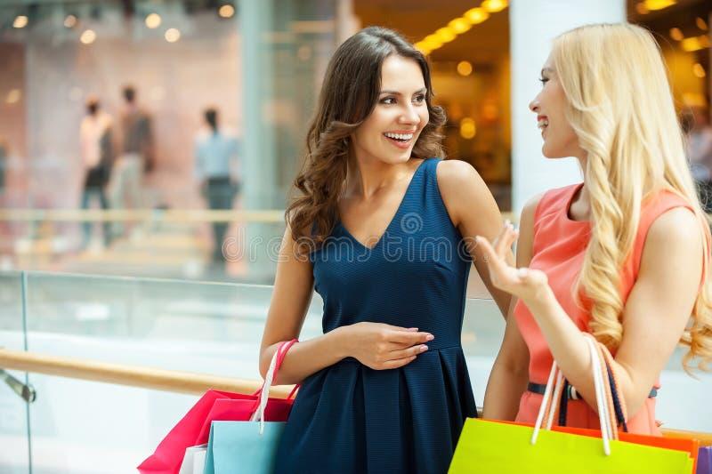 Disfrutar de hacer compras. foto de archivo