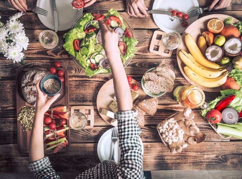 Disfrutar de la cena con los amigos Opinión superior el grupo de personas que cena junto imagen de archivo