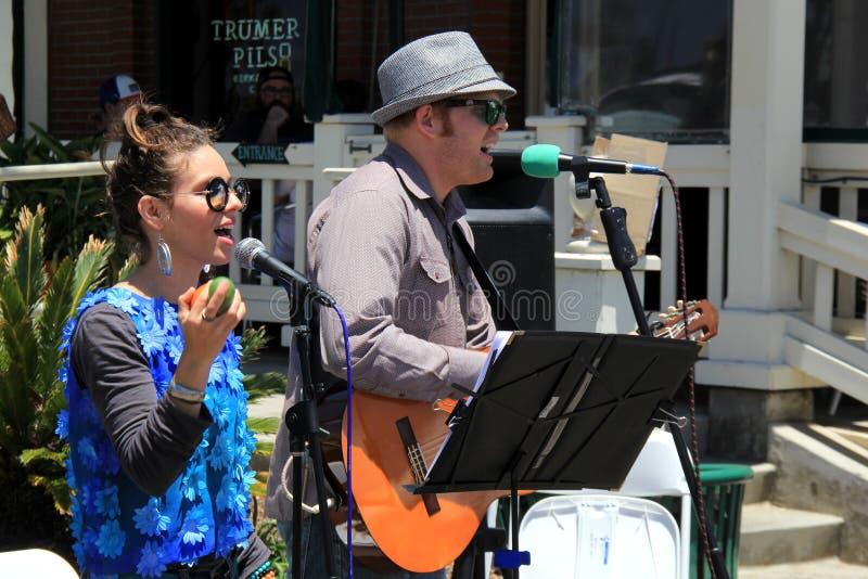 Disfrutar de la música maravillosa de los ejecutantes de la calle, San Diego, California, 2016 fotografía de archivo libre de regalías