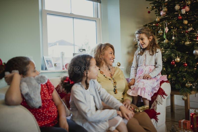 Disfrutar de la Navidad con mis nietos fotos de archivo