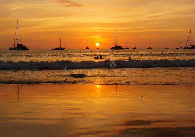 Disfrutar de los minutos pasados de la puesta del sol fotos de archivo