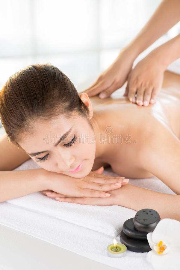 Disfrutar de masaje trasero fotografía de archivo