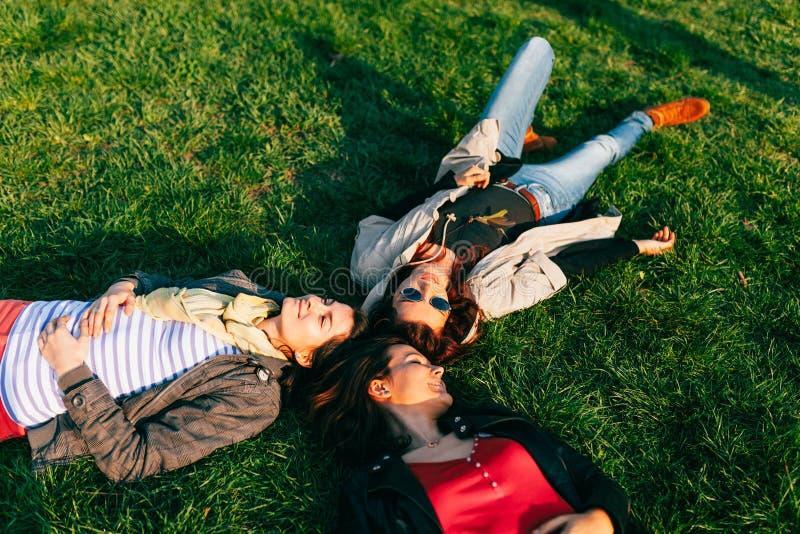 Disfrutar de un día soleado en el parque imagenes de archivo