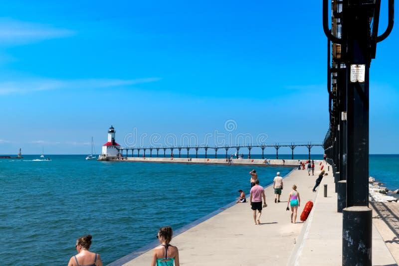 Disfrutar de un día de veranos hermoso en un embarcadero en el lago Michigan imagen de archivo libre de regalías