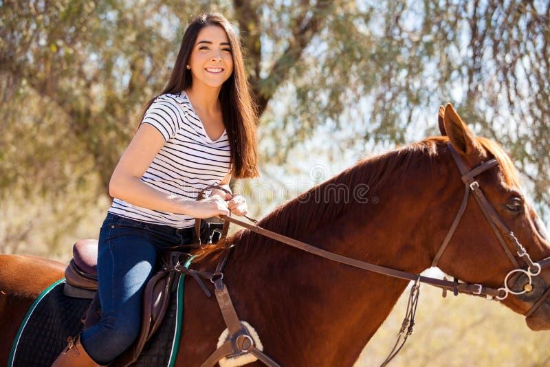 Disfrutar de un paseo del lomo de caballo imagen de archivo libre de regalías