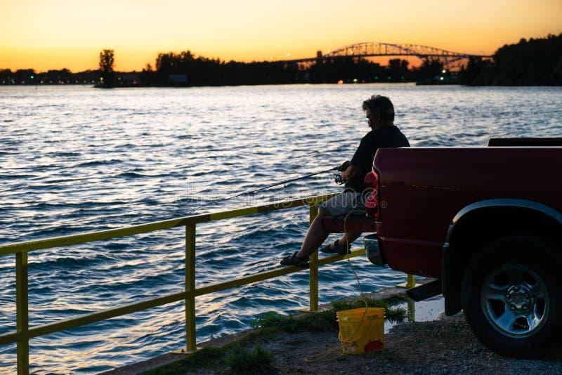 Disfrutar de una cierta última pesca del día fotografía de archivo