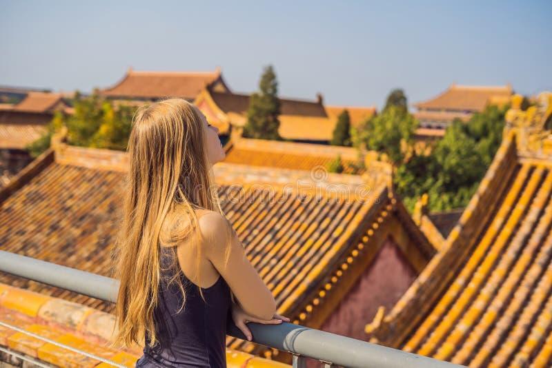 Disfrutar de vacaciones en China Mujer joven en la ciudad Prohibida Viaje al concepto de China Tránsito libre de la visa 72 horas imágenes de archivo libres de regalías