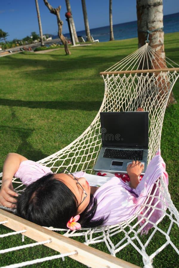 Disfrutar de vida mientras que trabaja en la playa fotografía de archivo libre de regalías