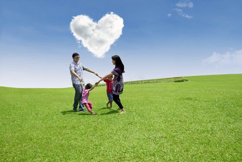 Disfrutar del día de tarjeta del día de San Valentín con la familia imagenes de archivo