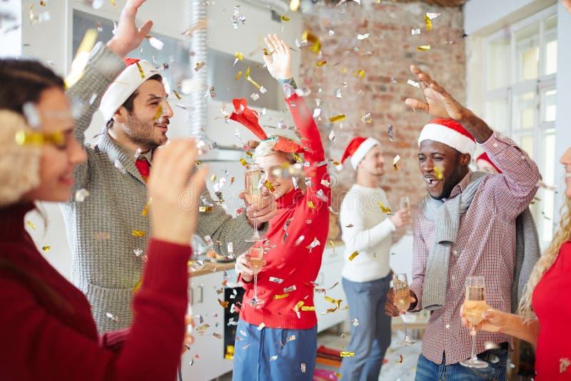 Disfrutar del partido de Navidad imagen de archivo libre de regalías