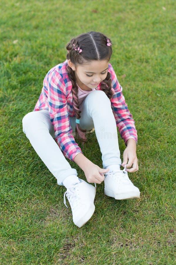 Disfrutar del tiempo libre la pequeña muchacha se relaja en hierba verde Parques y al aire libre Naturaleza del resorte Comida ca foto de archivo