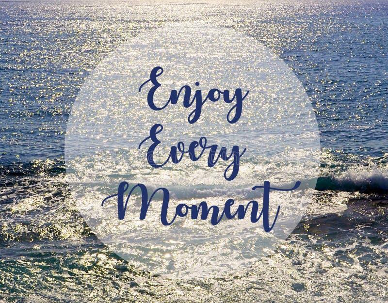 Disfrute de cada momento Cita inspirada en fondo hermoso de la vista al mar imagen de archivo