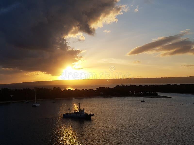 Disfrute de la puesta del sol en Vanautu imagenes de archivo
