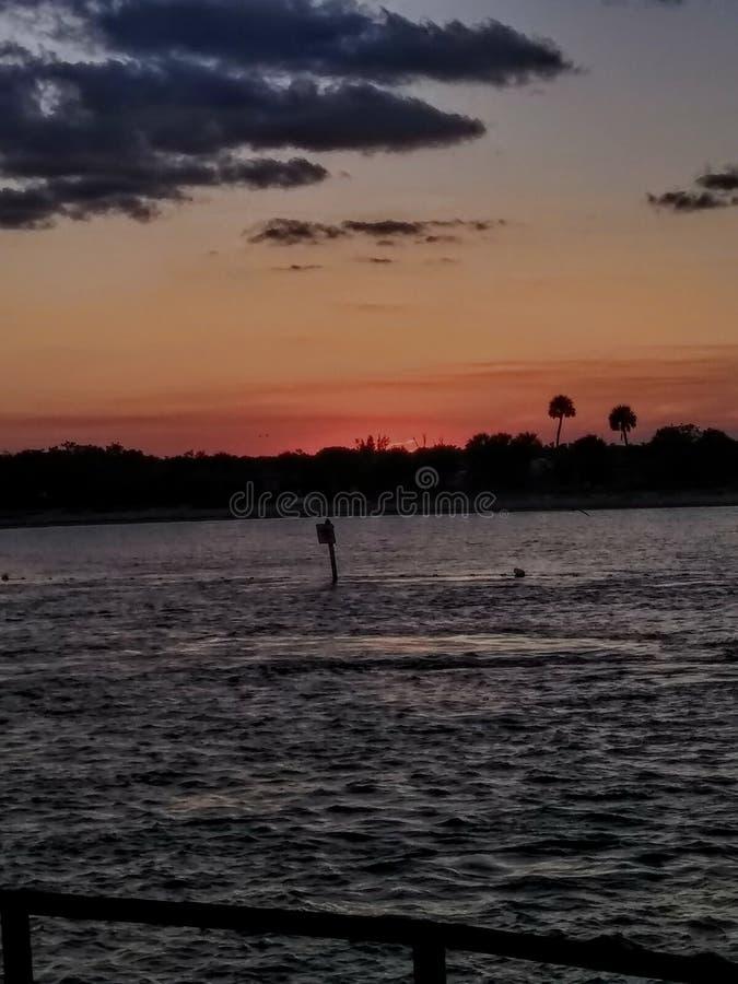 disfrute de la puesta del sol rosácea hermosa en la playa en la Florida imagenes de archivo