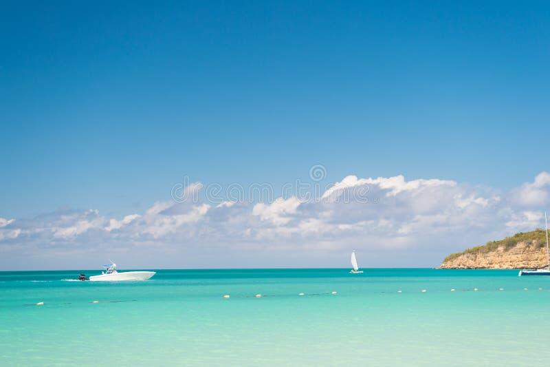 Disfrute de la travesía Laguna tranquila del barco turístico de la nave del viaje Cielo con las nubes sobre el mar tropical tranq imagen de archivo