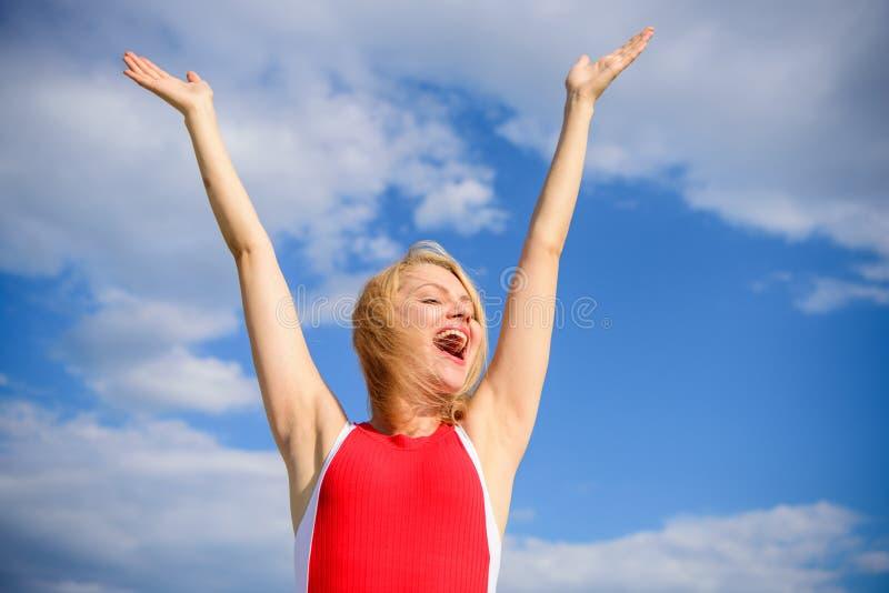 Disfrute de la vida sin el olor del sudor Mujer rubia relajando al aire libre perspirant confiado Tome el axila de la piel del cu imagen de archivo libre de regalías