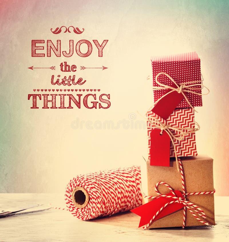 Disfrute de las pequeñas cosas con las pequeñas cajas de regalo imágenes de archivo libres de regalías