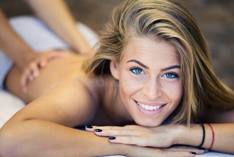 Disfruto de cada momento del masaje foto de archivo libre de regalías