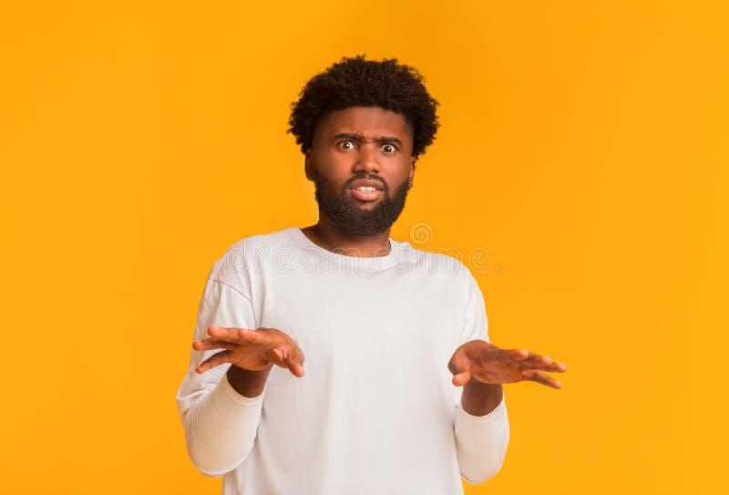 Disgustado retrato de un hombre afroamericano con expresión chillona fotos de archivo