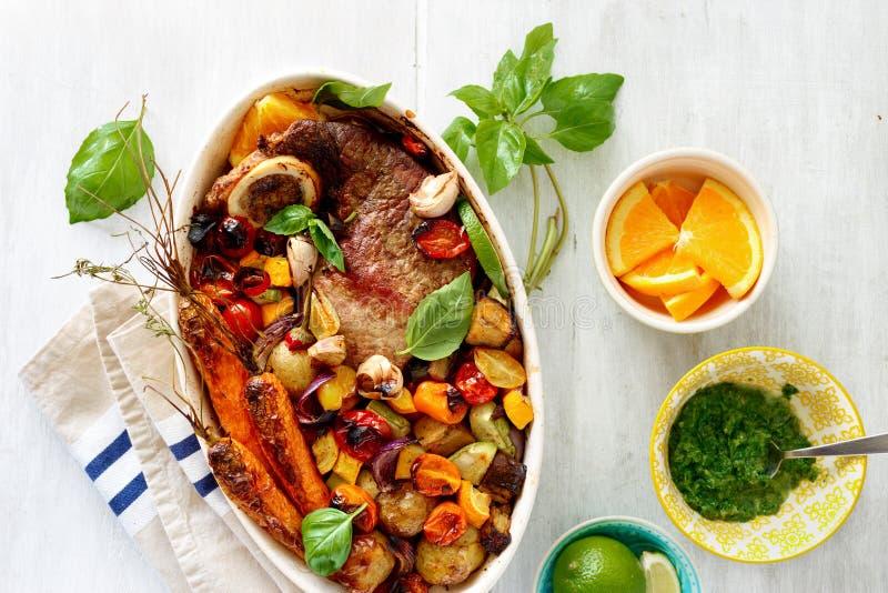 Dish здоровым tabl овощей говядины испеченное мясом белое деревенское деревянное стоковые фото