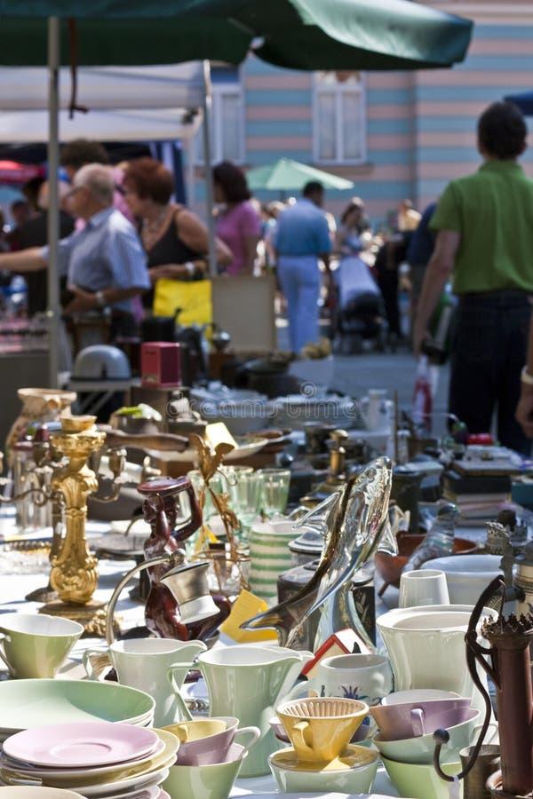 Dishware auf Antikemarkt stockbilder