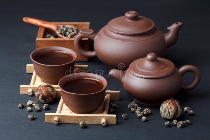 Dishware de cerámica y té verde imagen de archivo