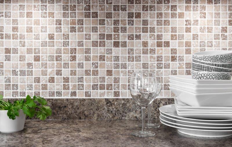 Dishware e ervas verdes na bancada da cozinha imagens de stock royalty free