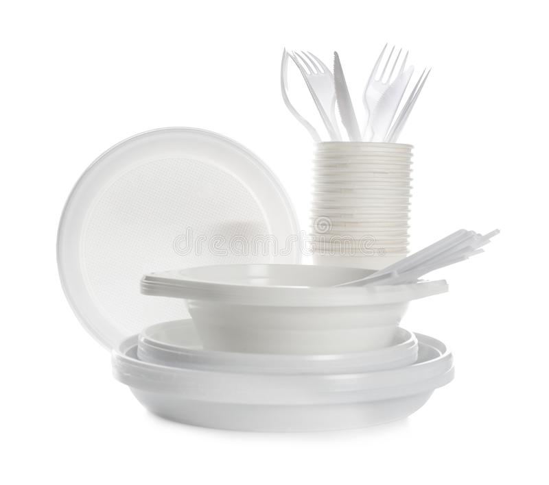 Dishware en plastique d'isolement sur le blanc Table de pique-nique photographie stock