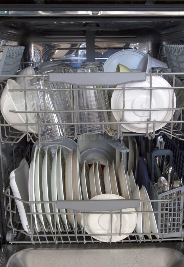 Dishware limpado no fundo da máquina de lavar louça foto de stock royalty free