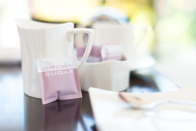 Download Dishware Branco No Café Com Foco Na Caneca. Foto de Stock - Imagem de espresso, lunch: 29849538
