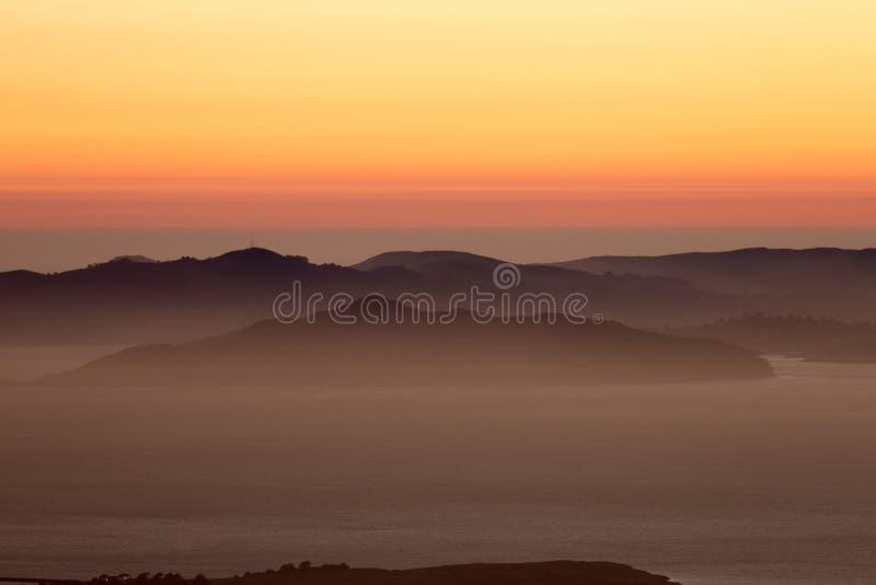 Disig solnedgång över Golden Gatemedborgarerekreationsområdet royaltyfri fotografi