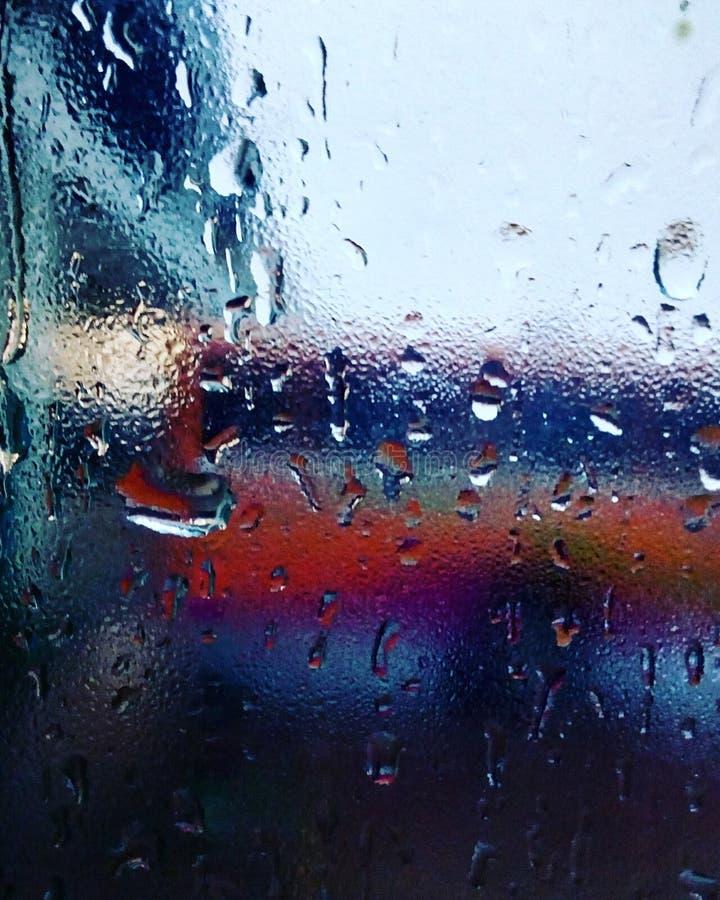 Disigt fönster i April duschar arkivbilder